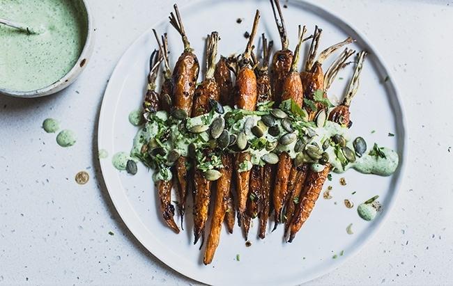Морковь с черным чесноком и травяным йогуртом
